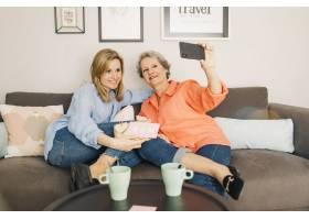 母女俩在沙发上自拍_2031589