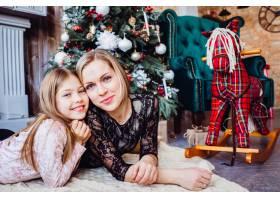 母女俩躺在圣诞树旁_2438001