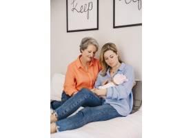 带着婴儿躺在床上的母女俩_2032800