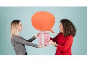 带着演讲气球的女子接受女儿的礼物_2146759