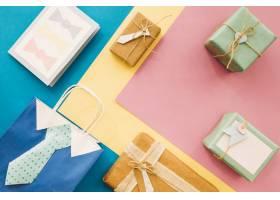 带礼物和袋子的父亲节作文_2135670