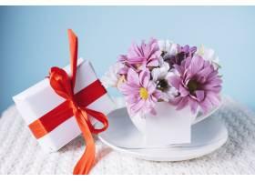带礼盒和鲜花的母亲节构图_1957843
