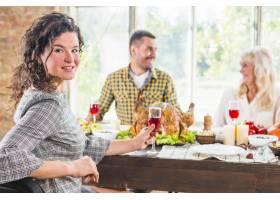 年轻女子坐在格雷对面的桌子上有男有女_3170924