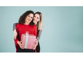 年轻女子用礼物拥抱母亲_2146777