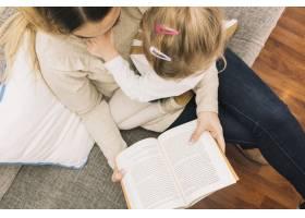 匿名母女坐在沙发上看书_2848876