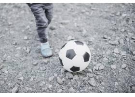在外面踢足球的孩子_2349163