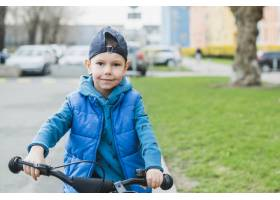 在户外骑自行车的儿童_2371090