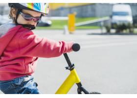 在户外骑自行车的儿童_2371091
