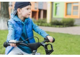 在户外骑自行车的儿童_2371092
