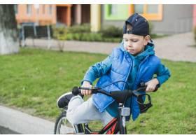 在户外骑自行车的儿童_2371094