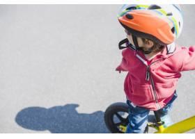 在户外骑自行车的儿童_2371095