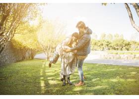在阳光明媚的日子里快乐的一家人在公园里_2579833