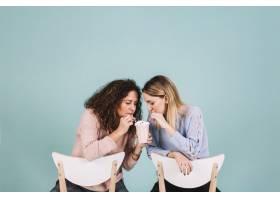 坐在椅子上喝奶昔的妇女_2192661