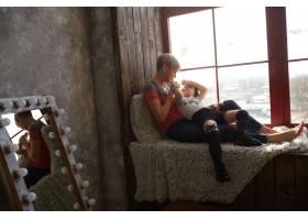 坐在窗台上的母女俩_2438042