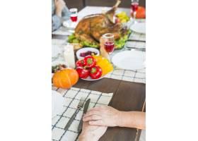 坐在节日餐桌旁的老年夫妇_3170888
