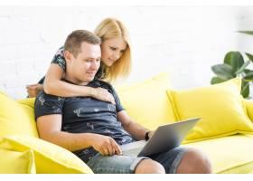 夫妇在客厅使用笔记本电脑_2667177