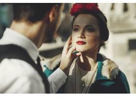 一位穿着30年代风情的美女站在街上用爱的_2631491