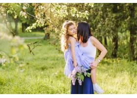 一名女子在公园亲吻她的女儿_2579575