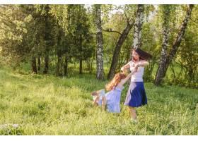 一名妇女和她的女儿在公园里玩耍_2579565
