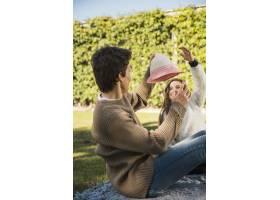 一名男子戴着帽子和他的女儿开玩笑_2579699