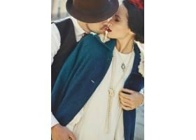 一名男子抱着一名穿着30年代风格的女子温柔_2631502