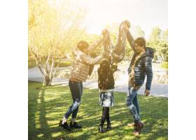 一家人在公园里做着美丽快乐的动作_2586852