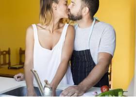 一对情侣在厨房里互相亲吻_3063336