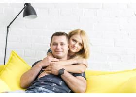 一对笑容满面的夫妇在家中的肖像_2667156