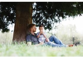 兴高采烈的父子俩在公园的树下玩耍玩得很_2438045