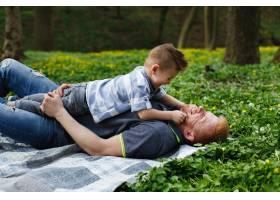 兴高采烈的父子俩在绿色的公园里玩格子呢_2438056