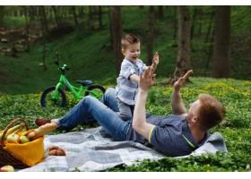 兴高采烈的父子俩在绿色的公园里玩格子呢_2438057