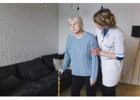 养老院的妇女和护士_2014259