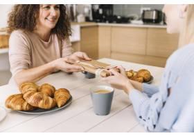 农作物女儿在早餐时给妈妈送礼物_2157989