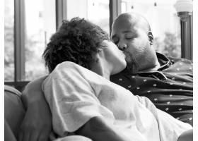 黑人夫妇在沙发上接吻_2894542