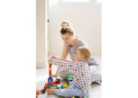 男孩和妈妈穿着五颜六色的建筑工具包玩耍_1537343
