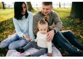 绿色大自然中的一家人在一起_1624174