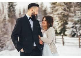 留着胡须的男子和他可爱的新娘在神奇的冬季_2437586