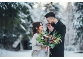 留着胡须的男子和他可爱的新娘在神奇的冬季_2437598