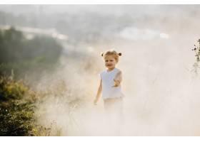 美丽的小女孩穿着白衬衫和牛仔裤在风景优_2913967