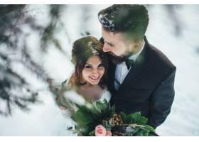 留着胡须的男子和他可爱的新娘在神奇的冬季_2437599