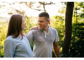 相爱的年轻幸福美丽的情侣一起走在绿树成荫_2650674