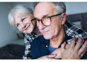 老年夫妇在养老院拥抱_2271885