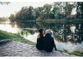 相爱的情侣日落时分一对美丽的情侣穿着_2584104