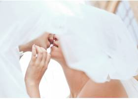 身穿燕尾服的男人握着女人的手亲吻_2454920