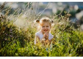 穿着白衬衫和牛仔裤的漂亮小女孩坐在风景秀_2913960