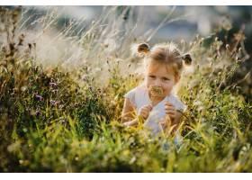 穿着白衬衫和牛仔裤的漂亮小女孩坐在风景秀_2913961