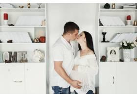 站在白色书架前的一对期待中的情侣接吻的前_1620797