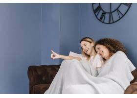 笑着的女人在看电影_2209785