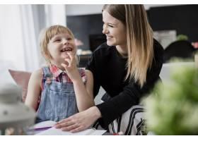 笑着的母女俩在做作业_2209395