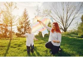 红头发的妈妈穿着白色上衣和她可爱的小儿子_2611432